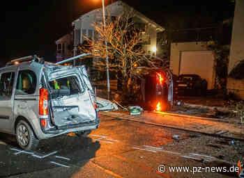 Verfolgungsjagd endet mit Überschlag: Mann flüchtet in Aidlingen vor Polizei und kracht in vier parkende Autos - Baden-Württemberg - Pforzheimer-Zeitung - Pforzheimer Zeitung