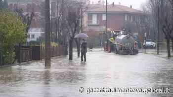 Pioggia senza fine nel Mantovano: allagamenti in centro paese a Castellucchio - La Gazzetta di Mantova