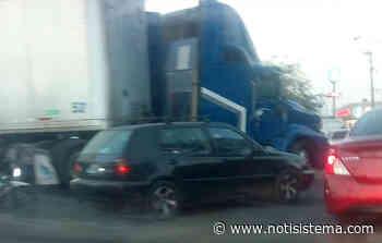 Tráiler atravesado colapsa la vialidad en la carretera libre a Zapotlanejo - Notisistema