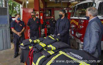 Entregaron nuevos uniformes a bomberos voluntarios de Carapachay - Que Pasa Web