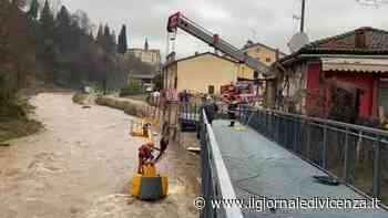Video: Isola Vicentina, recupero escavatore (video Carollo) | G. di Vicenza - Il Giornale di Vicenza