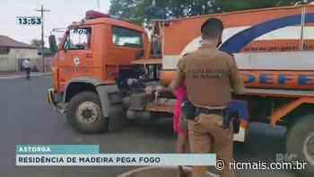 Residência de madeira pega fogo em Astorga - RIC - RIC Mais