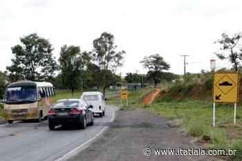 Carro capota na MG-424, em Pedro Leopoldo, deixa homem ferido e provoca lentidão na pista - Rádio Itatiaia