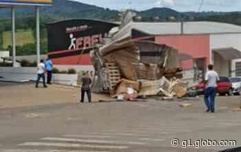 Caminhão desgovernado bate em veículo e invade loja no Centro de Juruaia, MG - G1
