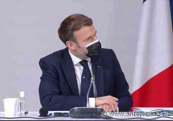 Eccellenza partenopea: Macron indossa la cravatta made in Naples - anteprima24.it