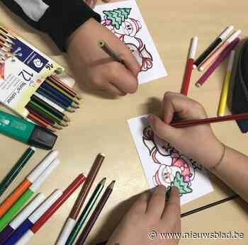 Leerlingen kleuren kerstkaarten voor alle 70-plussers in Koekelare - Het Nieuwsblad