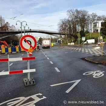 Druk kruispunt sneller open dan verwacht na groot waterlek - Het Nieuwsblad