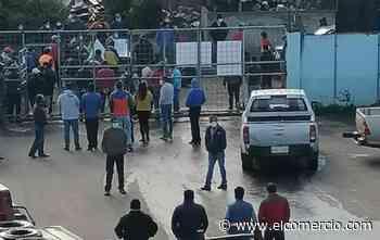 Trabajadores de la prefectura y de pacientes crónicos protestaron en Guaranda - El Comercio (Ecuador)