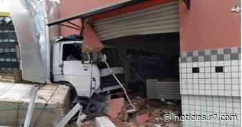 Caminhão desgovernado atinge loja e deixa dois feridos em Juruaia (MG) - HORA 7