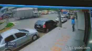Caminhão desgovernado bate em veículo e invade loja no Centro de Juruaia; VÍDEO - G1