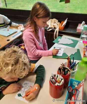 Kinderen kleuren kerstkaarten voor 70-plussers