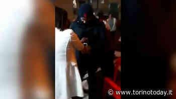 Assembramento davanti al bar e tensione con i carabinieri a Borgaro Torinese: militari aggrediti dai clienti - TorinoToday