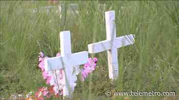 Dos personas personas sorprendidas intentando abrir una lápida en Calzada Larga - Telemetro