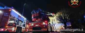 Lallio, fuoco da una canna fumaria -Foto Arrivano i Vigili del fuoco, nessun ferito - L'Eco di Bergamo