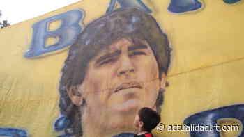 El adiós de Villa Fiorito: El barrio que vio nacer a Maradona despide al ídolo que les enseñó a 'gambetear'... - RT en Español