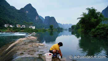 VIDEOS: Las aguas de un río se vuelven completamente verdes de un día para otro en China - RT en Español