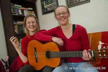 Famke en Lieve zingen ellende van zich af met geactualiseerd nieuwjaarslied