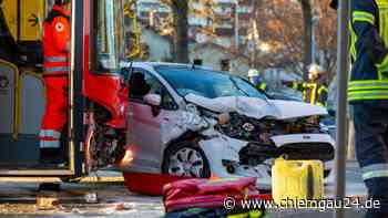 Drei Verletzte in Trostberg: Ford-Fahrerin kracht auf der B299 frontal in Regionalbus - chiemgau24.de