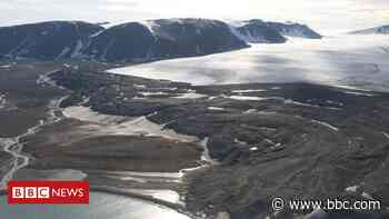 Onega: Russian fishing crew missing after trawler sinks in Barents Sea - BBC News