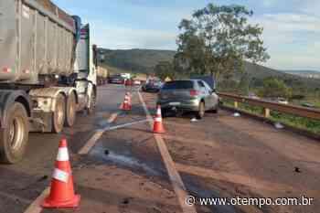Batida entre carreta e carro fecha BR-040 em Nova Lima e deixa quatro feridos - O Tempo
