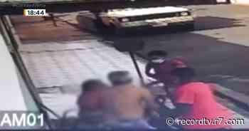 Casal de idosos é assaltado na porta de casa em Ituverava - Record TV