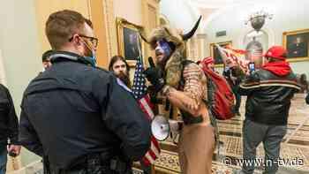 Mob dringt ins Kapitol ein: Wer ist der Mann mit den Hörnern?