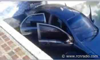 Carro estuvo a punto de caer al embalse de Guatapé y cayó a una piscina - RCN Radio