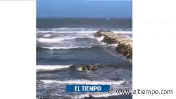 El impactante momento del rescate de hombre ahogado en playa de Salgar - El Tiempo