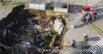 Huge sinkhole opens at Naples hospital car park - La Gazzetta del Mezzogiorno