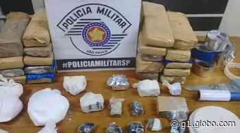 PM de Vargem Grande do Sul apreende sacola com 19 tijolos de maconha e porções de cocaína - G1