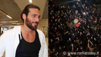 Can Yaman a Roma, fan assembrate sotto l'albergo: norme anti Covid ignorate. Ozpetec posta i video