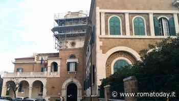 Tragedia ad Ostia, morto un senza fissa dimora: il cadavere davanti al municipio