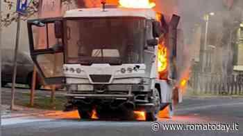 Incendio sul lungotevere: mezzo Ama in fiamme