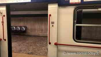 """""""C'è un uomo armato di pistola sul treno"""", paura in metro a Roma"""