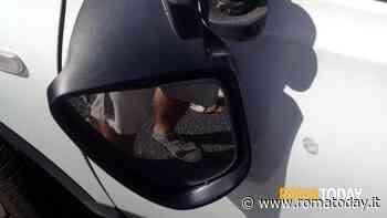 Appia Nuova: armato di un coltello distrugge gli specchietti delle auto in sosta