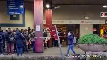 VIDEO | Assembramenti fuori dalla metro Anagnina: calca di utenti in fila senza distanziamento
