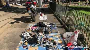 Mercatino di ciarpame vicino i binari del tram, venditori in fuga all'arrivo degli agenti
