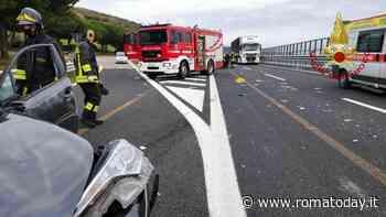 Incidente in autostrada: scontro fra auto e furgone, 50enne estratta dalle lamiere dai pompieri