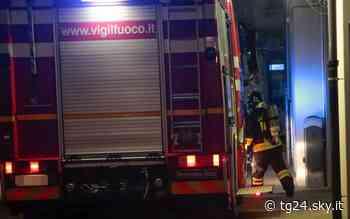 Garbagnate Milanese, incendio in un'officina: distrutte cinque auto - Sky Tg24