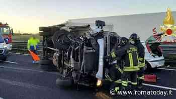 Incidente in A12: furgone frigo si ribalta in autostrada dopo scontro con un'auto