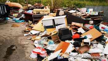 Una discarica alle spalle dei banchi: il mercato di Valmelaina soffoca tra i rifiuti