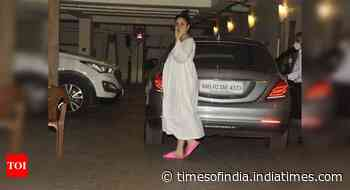 Photos: Mommy-to-be Kareena outside her house