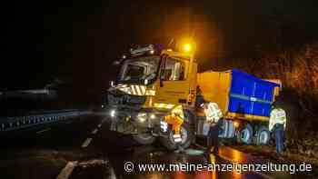 Glatteis-Unfälle: Selbst Streufahrzeug kippt um - - Autobahn drei Stunden komplett gesperrt