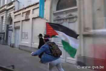 Skaters met Palestijnse vlag scheren rakelings langs voetgan... (Antwerpen) - Gazet van Antwerpen