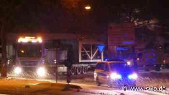 Schwertransport zwischen Bad Urach und Hülben: Neuffener Straße: Massive Verkehrsbehinderungen - Polizei im Einsatz - SWP