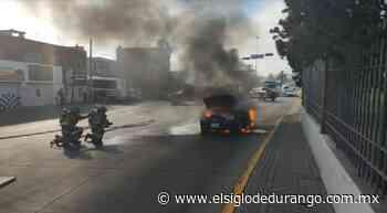 Vehículo arde en pleno bulevar Dolores del Río - El Siglo Durango