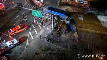 Front durch Absperrung gekracht: New Yorker Bus hängt von Brücke herunter