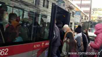 """Il tram 2 è sparito da novembre: bus sostitutivi """"stracolmi e inadeguati"""""""