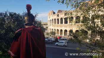 Il Coronavirus non ferma i centurioni, multato al Colosseo mentre chiedeva soldi per le foto