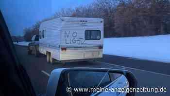 """Pick-up fährt mit Wohnwagen ohne Beleuchtung – dreiste Aktion verärgert Netz: """"Wer braucht die schon?!"""""""